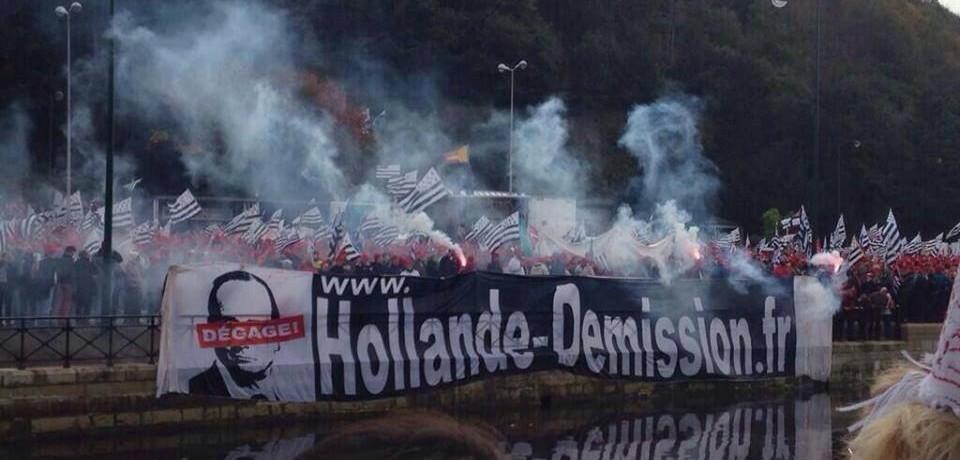 LA banderole Hollande-Démission à Quimper portée par les Bonnets Rouges