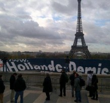 Banderole Hollande Demission sur l'esplanade des droits de l'homme
