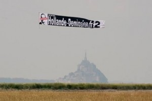 La reconquête de la France : Banderole Hollande-Demission au Mont Saint Michel